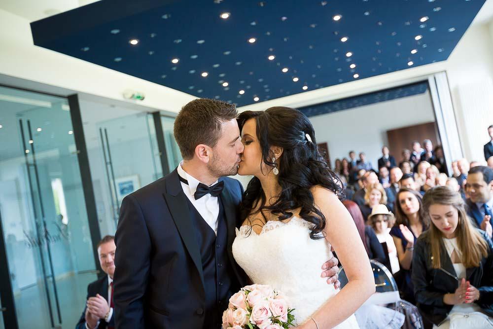 Photographe professionnel mariage mairie oui bisou