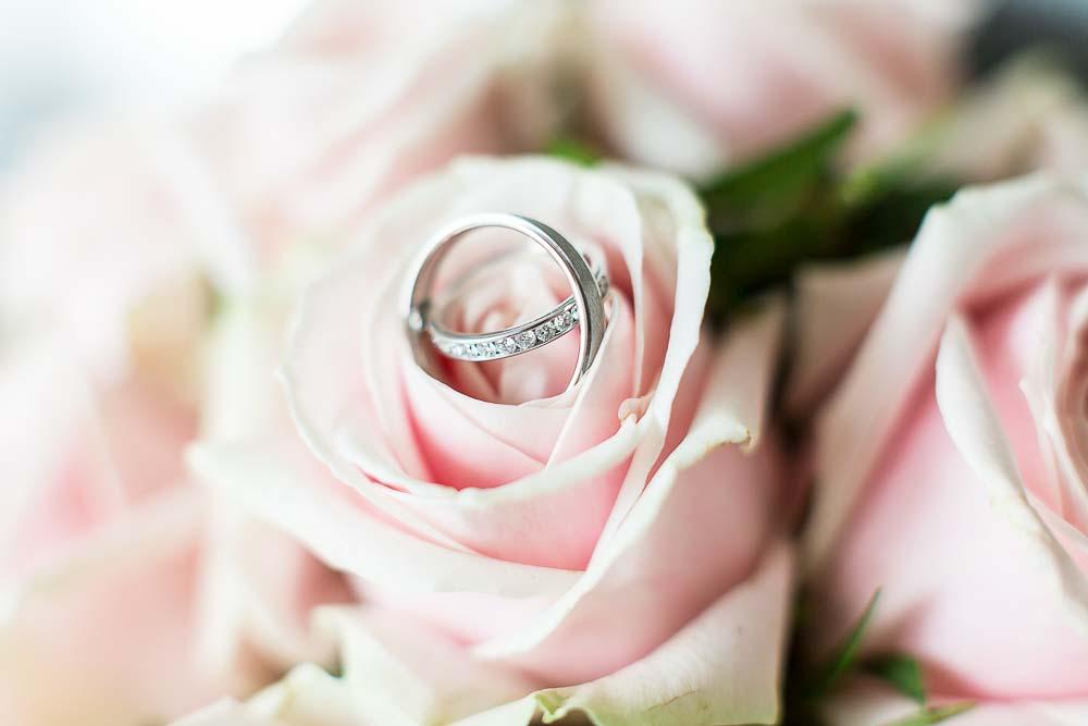 Photo mariage préparatifs alliances fleurs