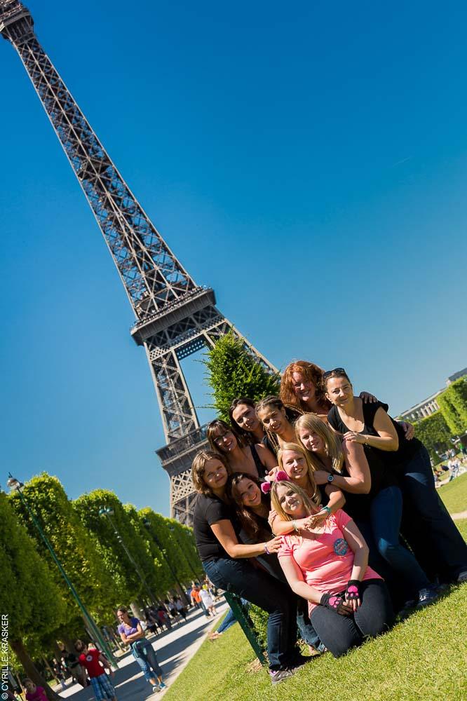 Photographe EVJF a Paris pose