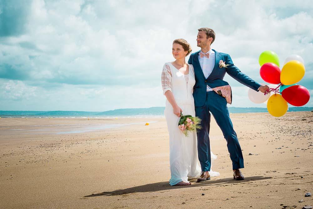 Photographe mariage plage couple ballon