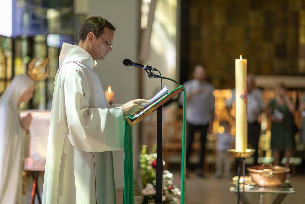 Photographe professionnel a Paris église catholique prêtre